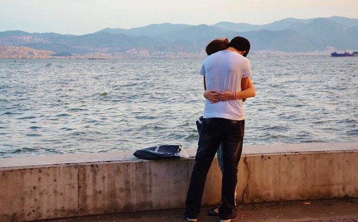 גבר ואישה מתחבקים מול הים