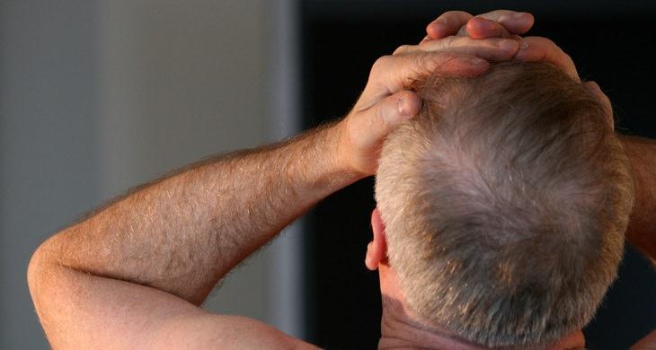 יתרונות פלפלי קאיין: גבר שסובל מכאב ראש