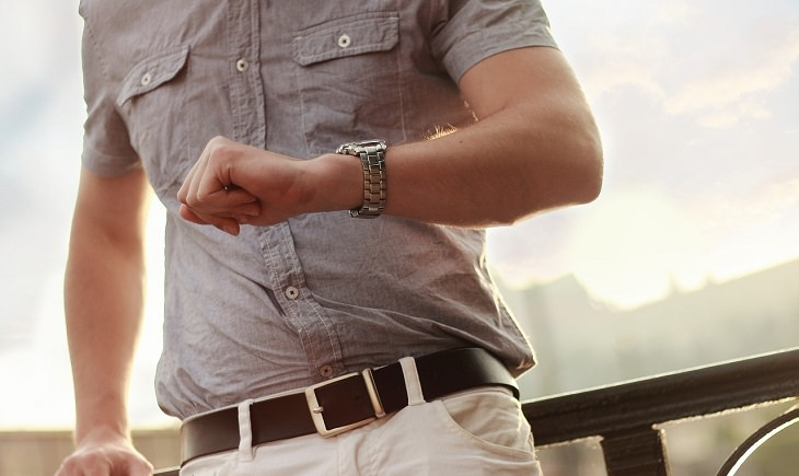 גבר מתבונן בשעון שלו