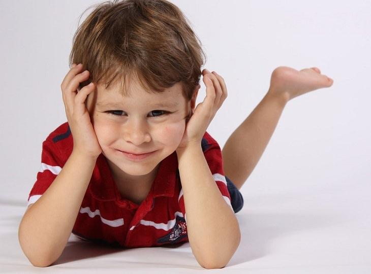 ילד שכוב על הבטן ונשען על ידיו