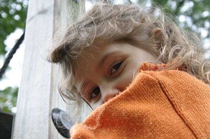 ילדה מציצה מעבר לכתפה