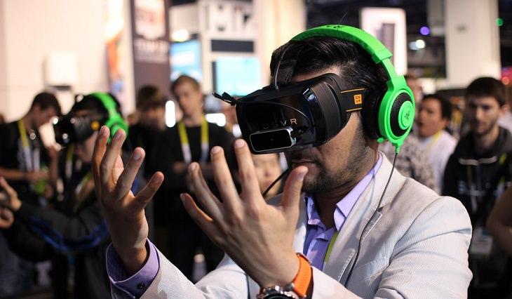 אדם מביט בידיו עם משקפי מציאות מדומה