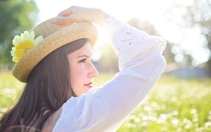 אישה בטבע ביום שמשי ויפה