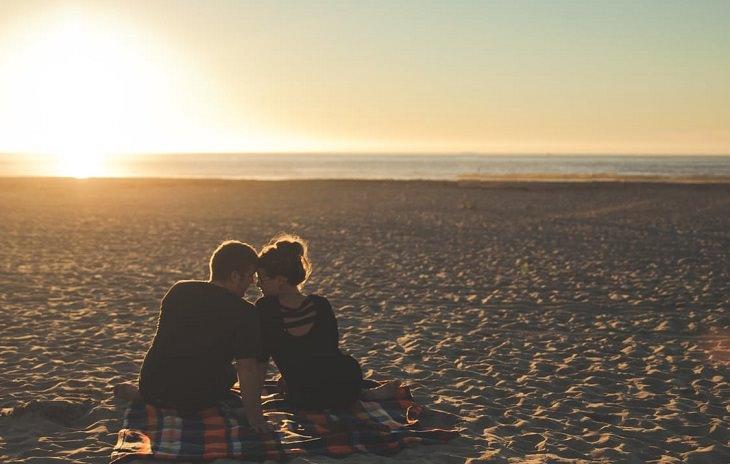זוג יושב על שפת הים