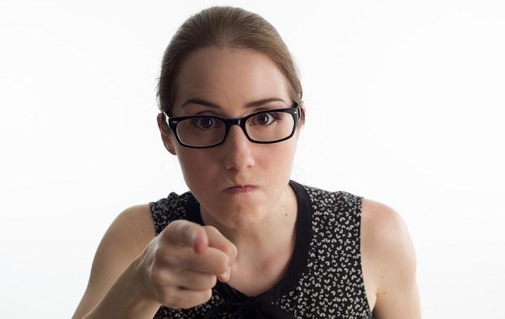 אישה מפנה אצבע מאשימה