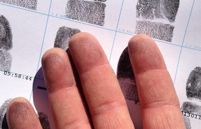 מה האישיות שלך על פי טביעת האצבע: אצבעות על דף להטבעת טביעת אצבע