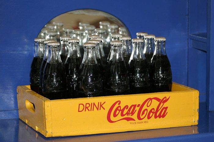 תחליפי סוכר מסוכנים: ארגז פלסטיק עם בקבוקי קוקה קולה מזכוכית