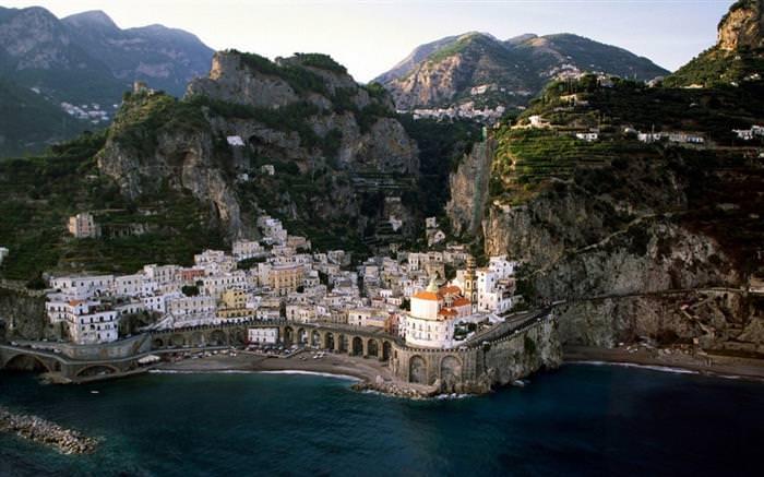 החוף האמאלפיטאני שבאיטליה: מצוקים עם צמחייה ובתים שנושקים לים