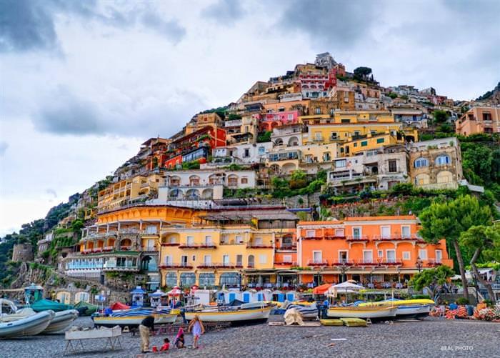 החוף האמאלפיטאני שבאיטליה: בתים צבעוניים על גבעה