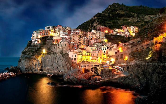 החוף האמאלפיטאני שבאיטליה: בתים מוארים בלילה