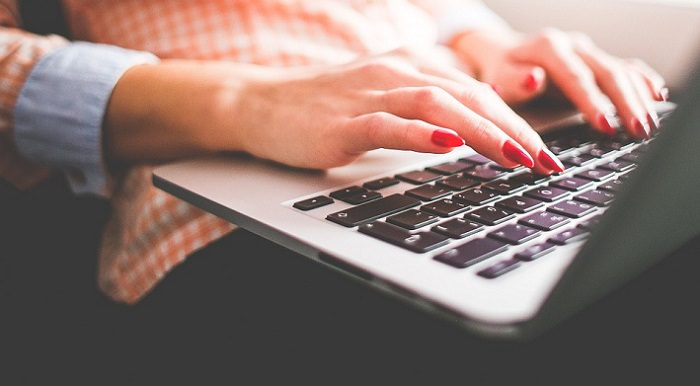 מדריך לתוכנת הפיכת טקסט: ידיים מקישות על מקלדת