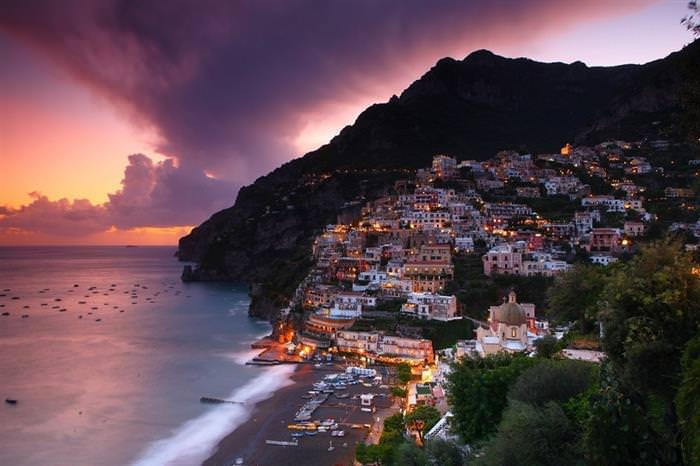 החוף האמאלפיטאני שבאיטליה: שקיעה על רקע גבעה עם בתים עליה