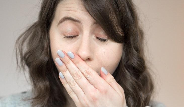 סיבות לעייפות מתמדת: אישה מפהקת