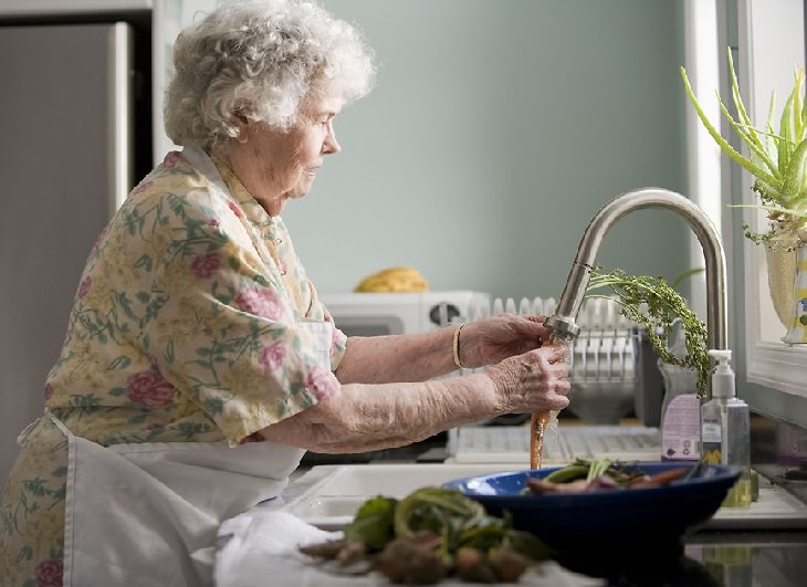 בדיחה נהדרת: אשה מבוגרת מאוד שוטפת ירק מתחת לברז