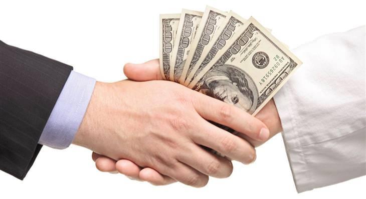 בדיחה נהדרת: שני אנשים לוחצים ידיים ואוחזים ב500 דולרים