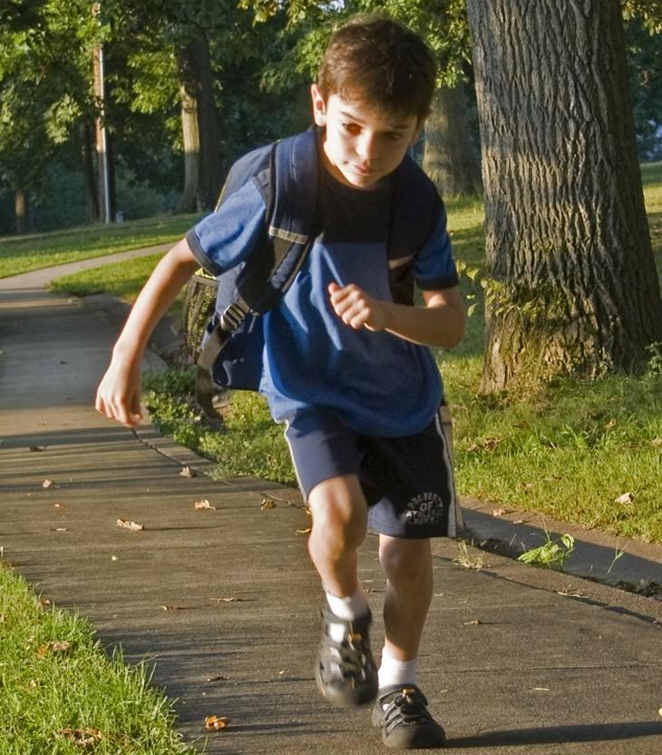 משפטים שהורים לא צריכים להגיד: ילד רץ עם תיק גב