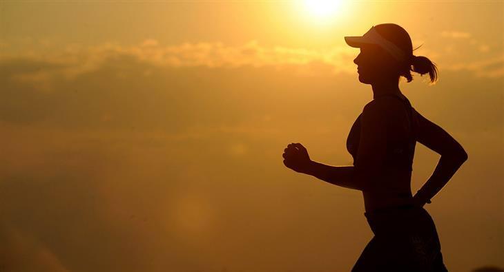 אימון הליכה מהירה: צללית של אישה שמבצעת הליכה