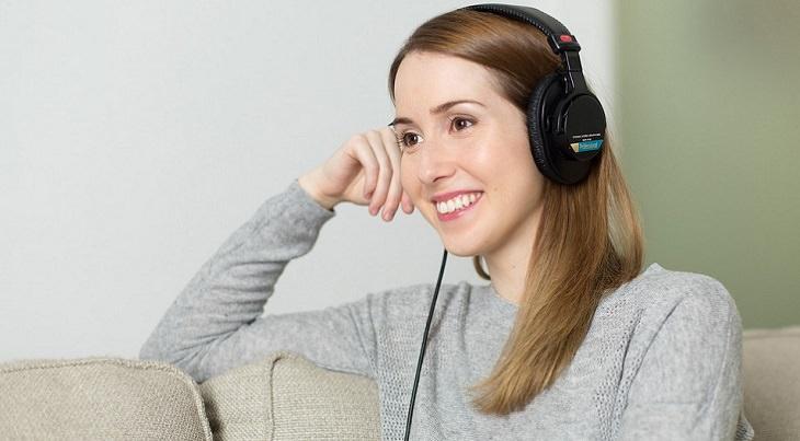 אישה עם אוזניות על אוזניה