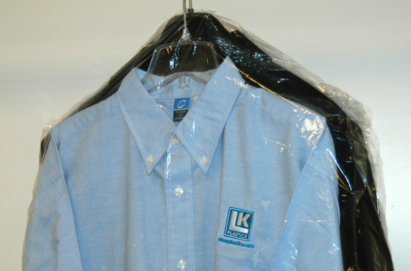 אחסון בגדי חורף: חולצות בתוך עטיפת ניילון לתליית בגדים