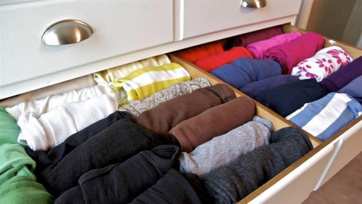 אחסון בגדי חורף: בגדים מגולגלים במגירה