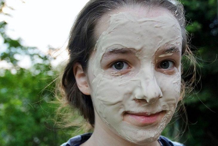 בריאות המעיים: נערה שפניה מכוסות בחומר אפרפר