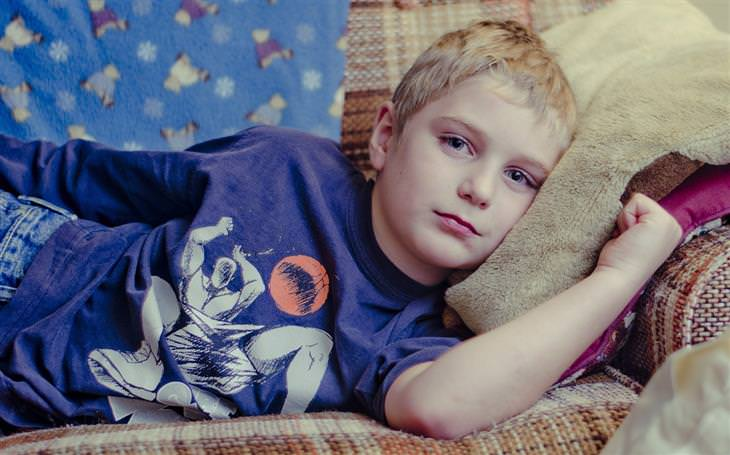 הורות מזיקה: ילד שוכב על ספה
