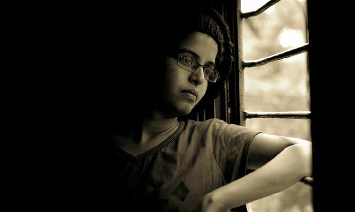 הורות מזיקה: ילד מתבונן מהחלון