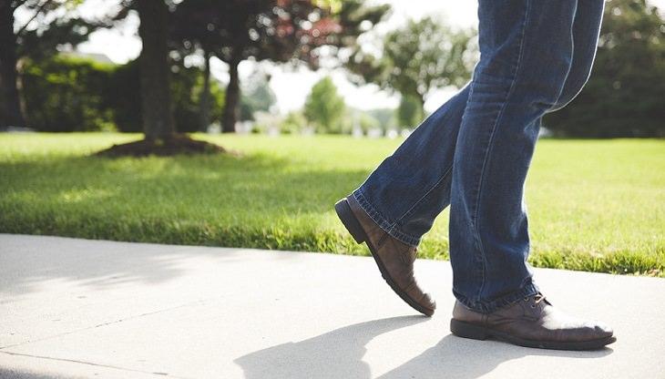 טיפול בהתכווצויות שרירים: אדם הולך בפארק