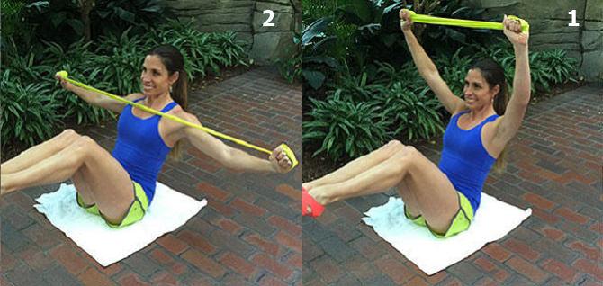 חיטוב זרועות בעזרת רצועת התנגדות: ביצוע תרגיל מתיחה בתנוחת סירה