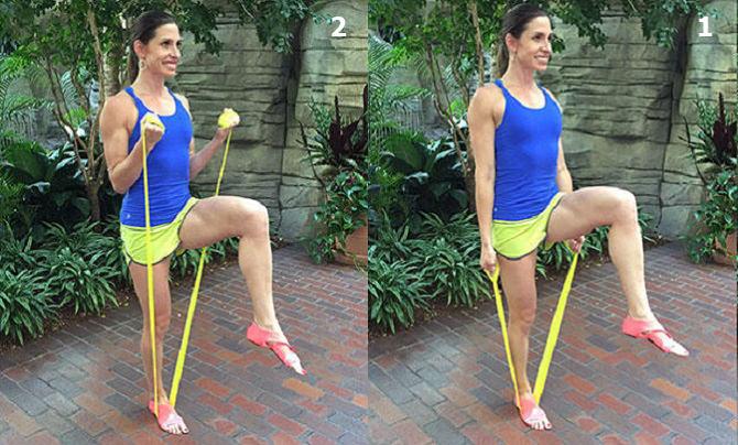 חיטוב זרועות בעזרת רצועת התנגדות: ביצוע תרגיל פיתול שריר הזרוע על רגל אחת