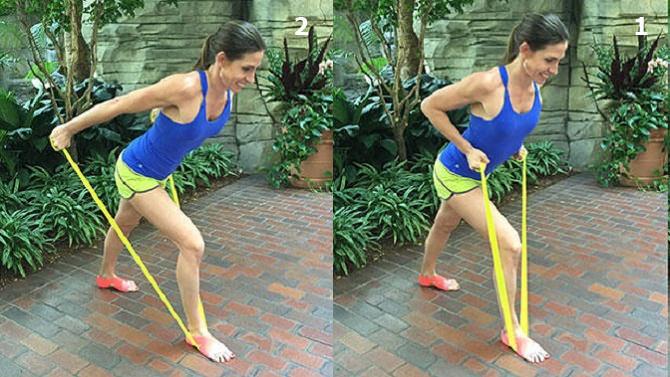 חיטוב זרועות בעזרת רצועת התנגדות: אישה מבצעת את תרגיל המשיכה לאחור