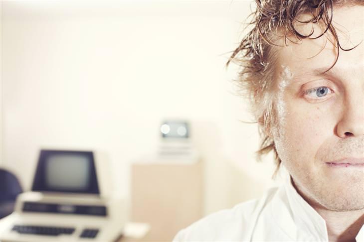 דרכים להפחתת לחץ: איש במשרד שנראה לחוץ