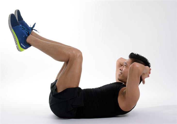 דרכים להפחתת לחץ: גבר מבצע כפיפות בטן