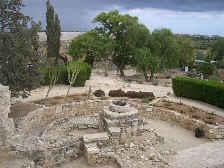 יעדים בקפריסין: שרידים מהריסות במתחם מבצר קולוסי