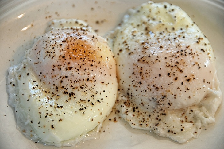 טריקים גאוניים למטבח: צלחת עם שני ביצים עלומות ומתובלות