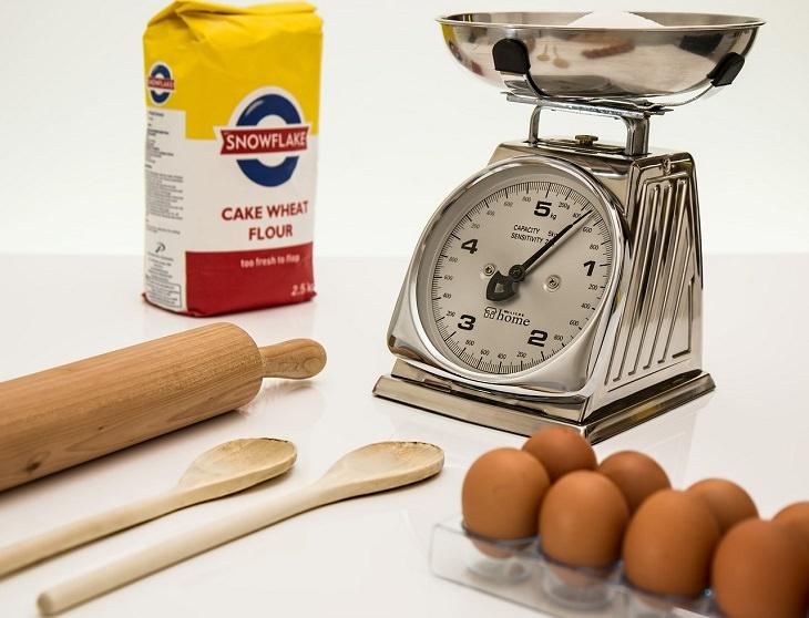 טריקים גאוניים למטבח: משקל שלידו חפיסת קמח וביצים
