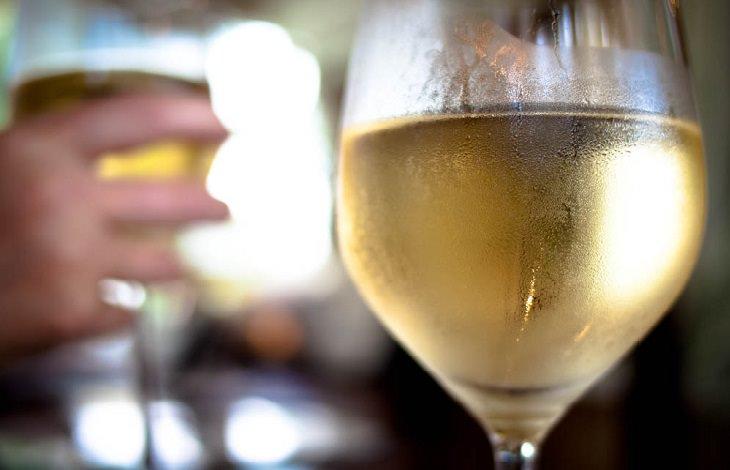 טריקים גאוניים למטבח: כוס יין לבן צונן