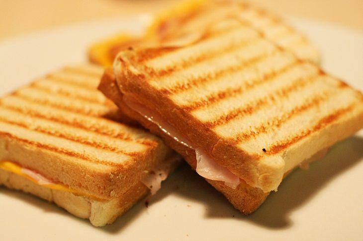 טריקים גאוניים למטבח: טוסטים עם גבינה