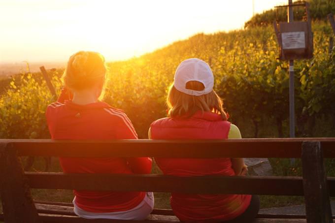שתי נשים יושבות על ספסל