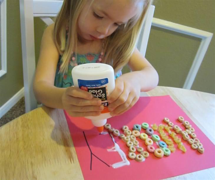פעילויות חינוכיות לילדים: יצירת אותיות בעזרת דבק וחומרי יצירה