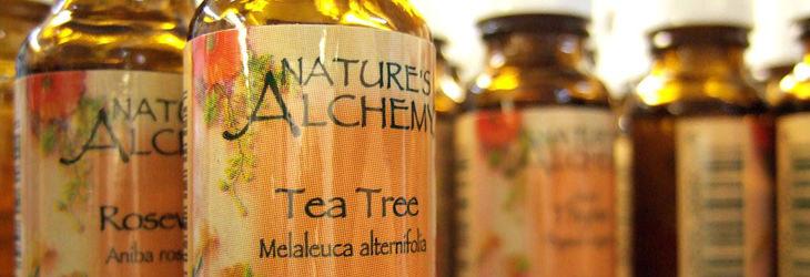 תרופות טבעיות נגד הרפס: בקבוקי זכוכית של שמן עץ התה