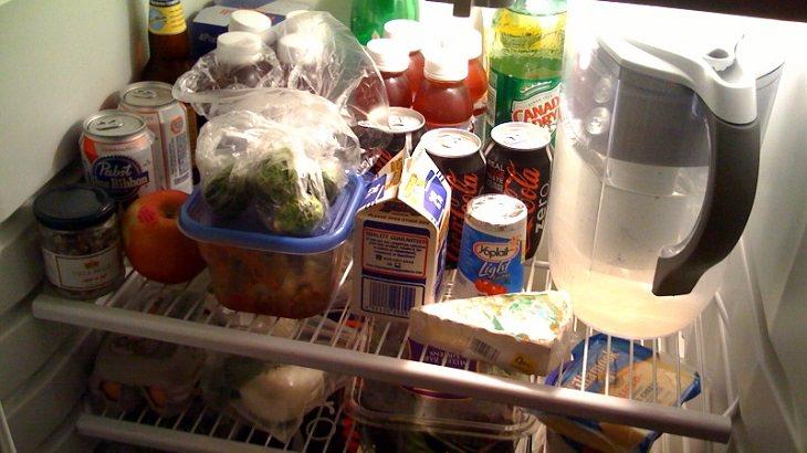 הדרך היעילה ביותר לסידור המקרר: מקרר עמוס במוצרים