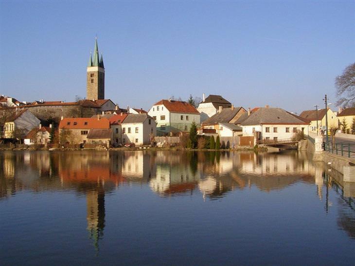עיירות ציוריות בצ'כיה: האגם שבטלץ' על רקע העיירה