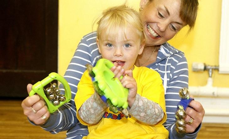 טיפים מדעיים לגידול ילדים מצליחים: אימא משחקת עם בנה