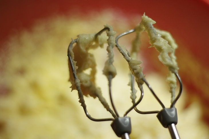 טיפים לתיקון טעויות אפייה נפוצות: מערבל מזון עם שאריות בצק