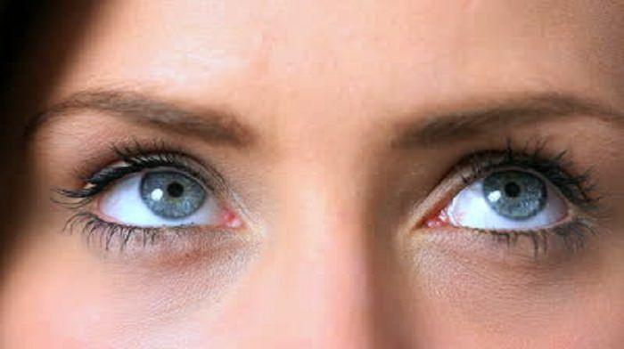 תרגילים לחיזוק העיניים: עיניים של אישה מביטות למעלה