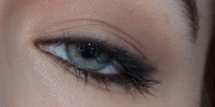 תרגילים לחיזוק העיניים: עין חצי עצומה של אישה