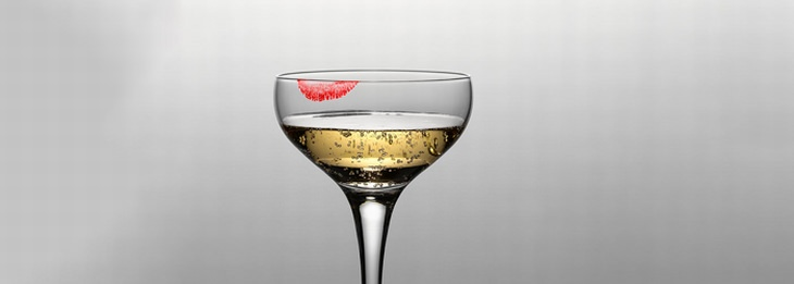 ניקיון עם מלח: כוס יין עם כתם אודם עליה