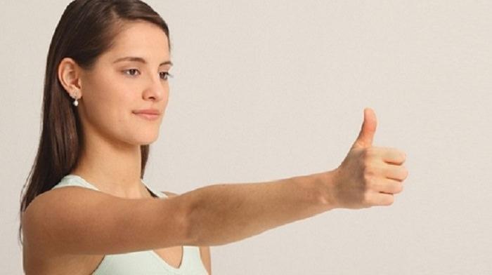 תרגילים לחיזוק העיניים: אישה מחזיקה מולה את האגודל שלה
