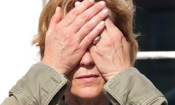 תרגילים לחיזוק העיניים: אישה חוסמת את עיניה עם ידיה